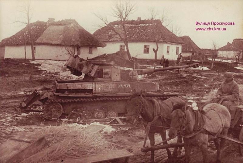 Знищений німецький танк посеред однієї з вулиць Проскурова