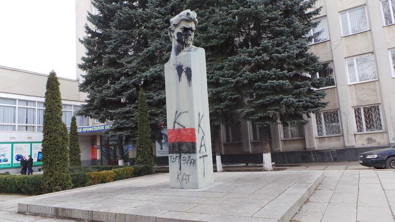Пам'ятник комуністичному діячеві Володимиру Затонському повалили у Хмельницькому, 26 лютого 2014 року