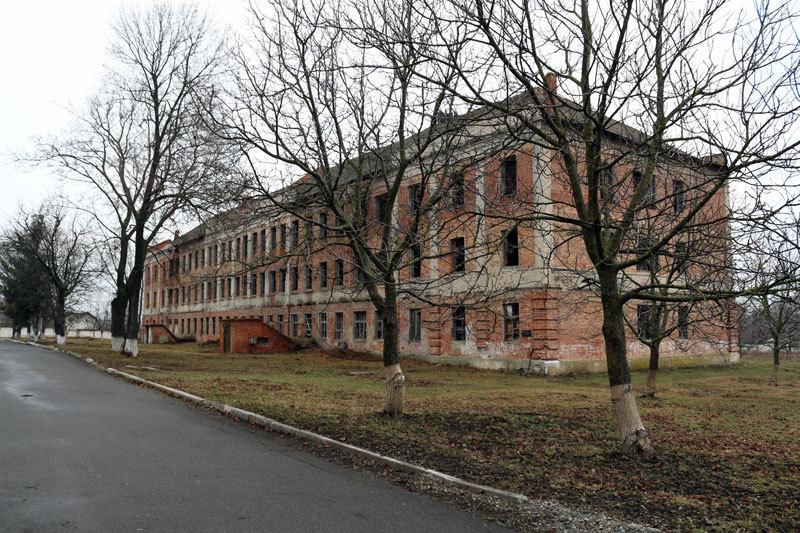 Цей будинок побудований на початку 30-х років в Ярмолинцях слугував спочатку як військова казарма, а потім як концтабір