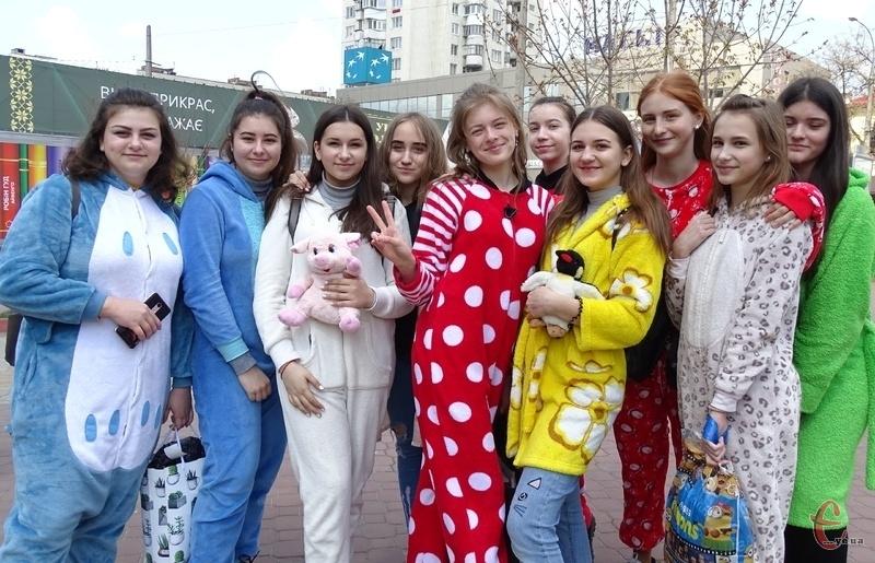 Стартували учасники забігу на початку вулиці Проскурівська