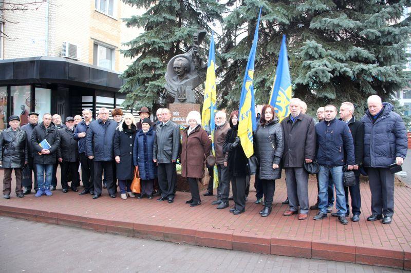 Квіти поклали до пам'ятника українському політикові