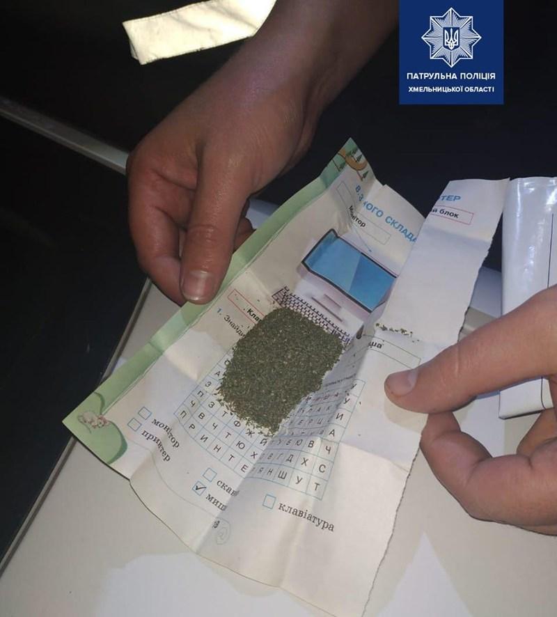 За вихідні патрульні виявили 5 осіб, що мали при собі речовини ймовірно наркотичного походження