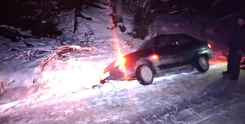 Працівники ДСНС витягли автомобіль, що потрапив в кювет. Фото: km.dsns.gov.ua