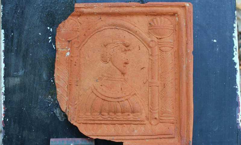 Серед знайдених - кахлі як геометричними орнаментальними мотивами, рослинними, так і міфологічними, і біблійними сюжетами, є навіть геральдичні, з елементами латинських написів…