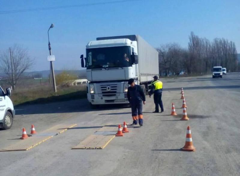 Вантажівки зважують і штрафують