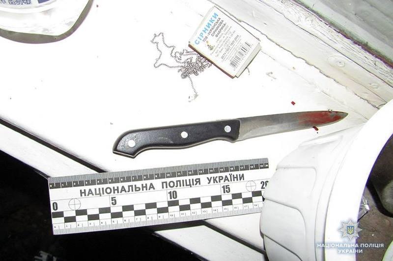 Під час конфлікту жінка сама пішла на кухню за ножем, а потім повернулась у кімнату та вбила чоловіка