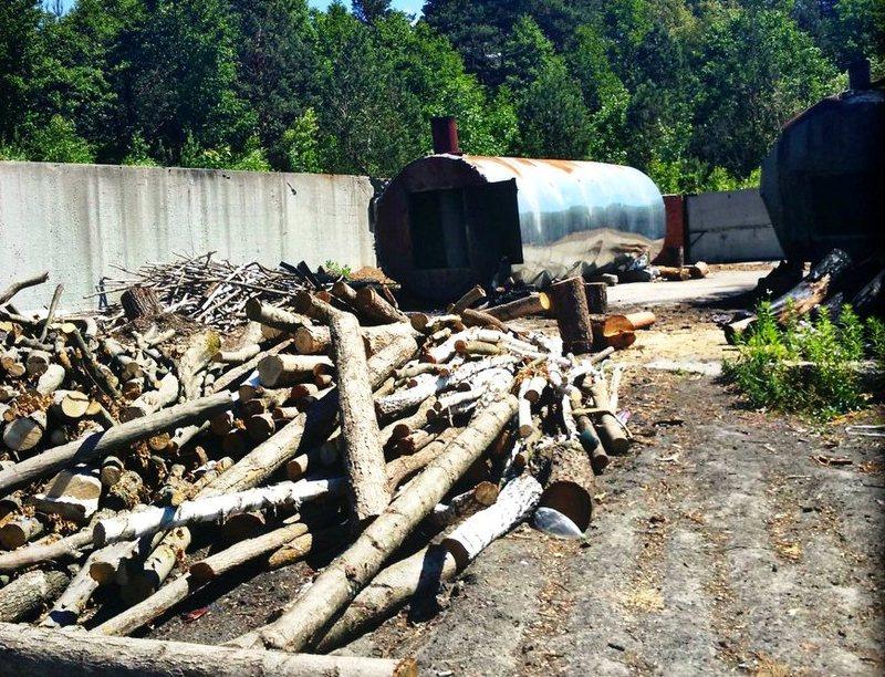 У Нетішині виявлено базу, де випалюють деревне вугілля
