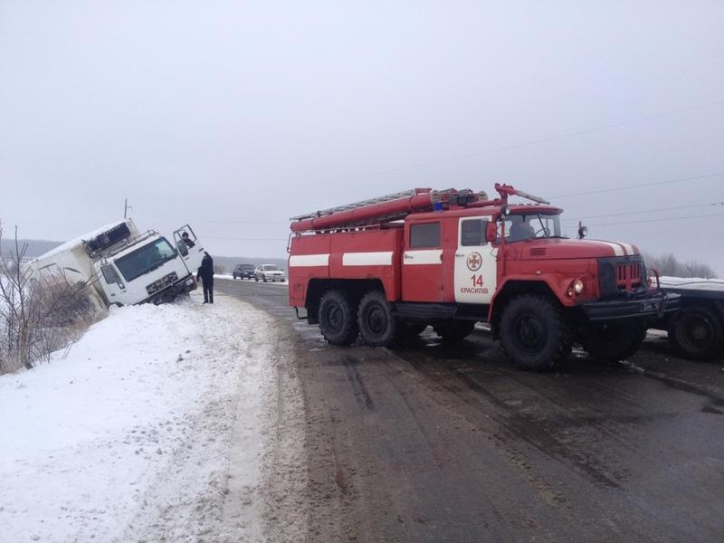 Водіям, щоб вибратися зі снігових заметів, знадобилася допомога рятувальників
