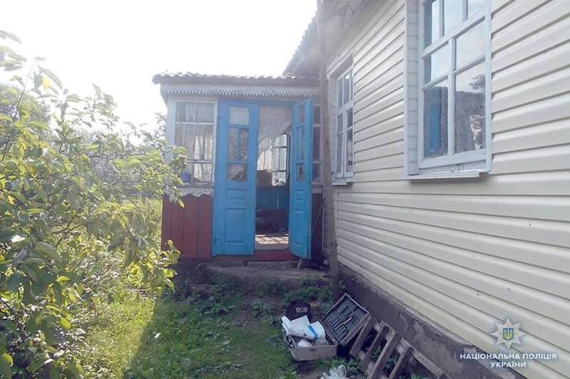 44-річний житель Шепетівського району увірвався в будинок 75-річної пенсіонерки з вимогою віддати йому всі заощадження