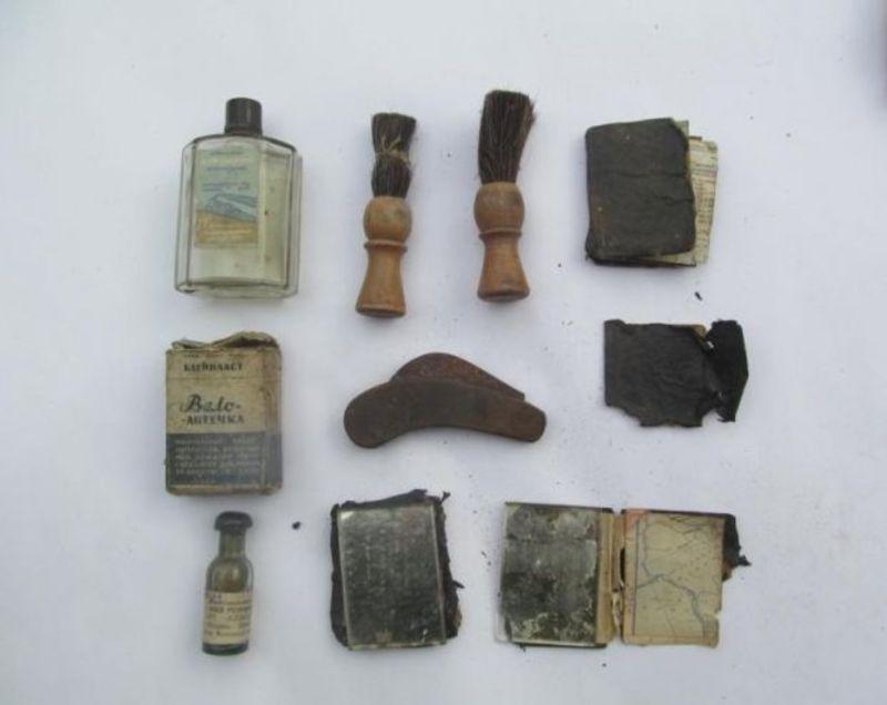 Серед знахідок: листівки, сатиричний літературно-пропагандистський часопис «Хрін», зубні щітки, дерев\'яні ручки для писання, металеві коробочки з вазеліном, люстерка та помазки для гоління