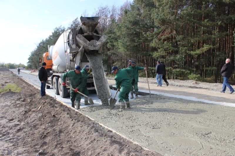 Усі будівельні роботи виконує ТОВ «Західметал», яке на відкритих торгах запропонувало  27 мільйонів 874 тисяч 400 гривень