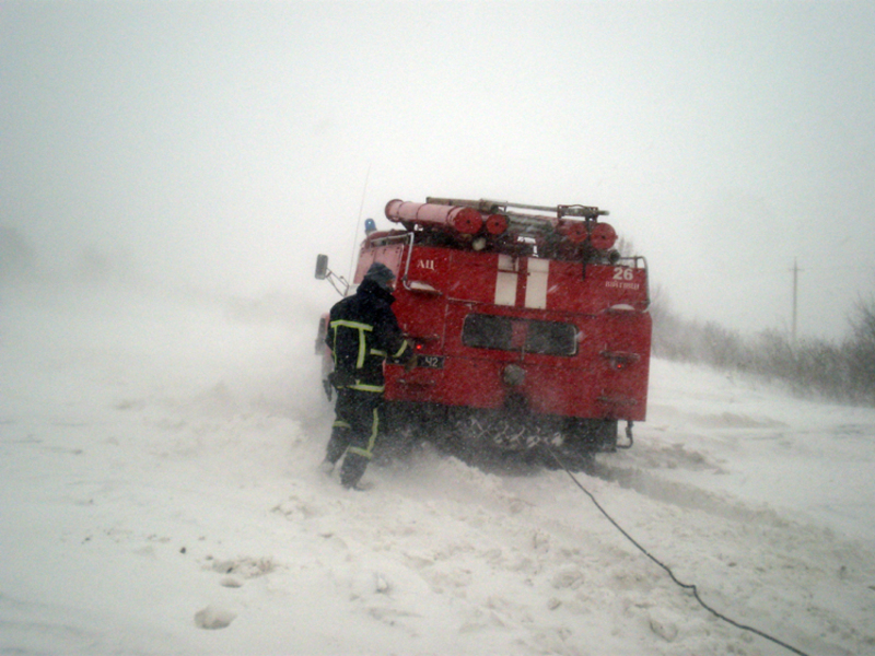 Рятувальники області продовжують допомагати тим, хто опинився в полоні негоди