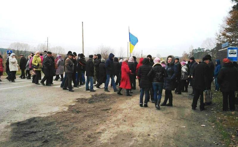Кілька десятків людей постійно переходять дорогу на автодорозі «Хмельницький-Рівне»