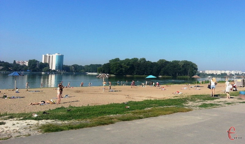 Хоча офіційного початку купального сезону ще не відбулося, хмельничани на повну купаються в засмагають вже більше тижня