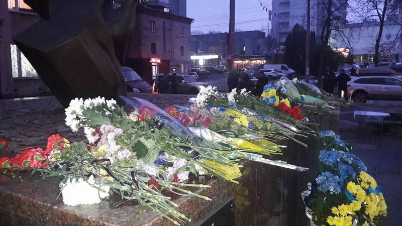 У Хмельницькому День Гідності та Свободи відзначили покладанням квітів до пам'ятника героям Небесної Сотні , гімном та спільною молитвою