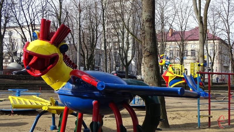 З скверу Шевченка на ремонт забрали останню фігуру Мазура