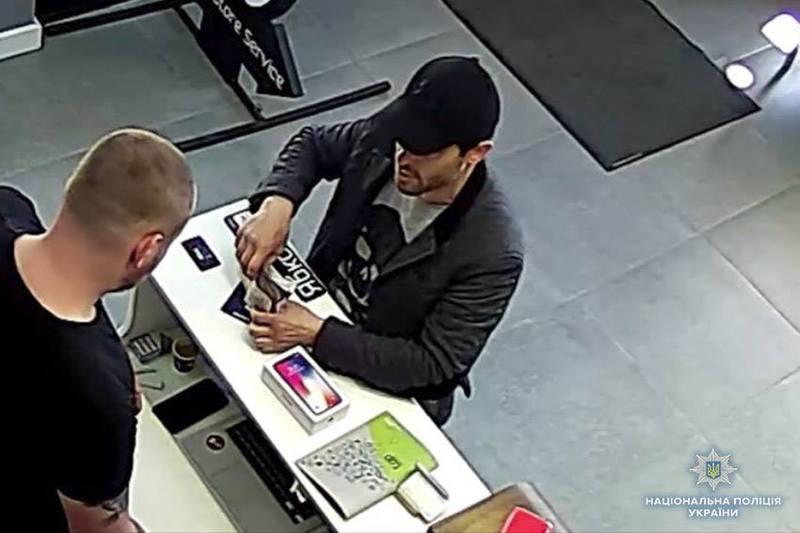 Одразу три хмельницькі магазини зазнали значних збитків від дій шахрая, який нібито хотів придбати оригінальні «iPhone Х»