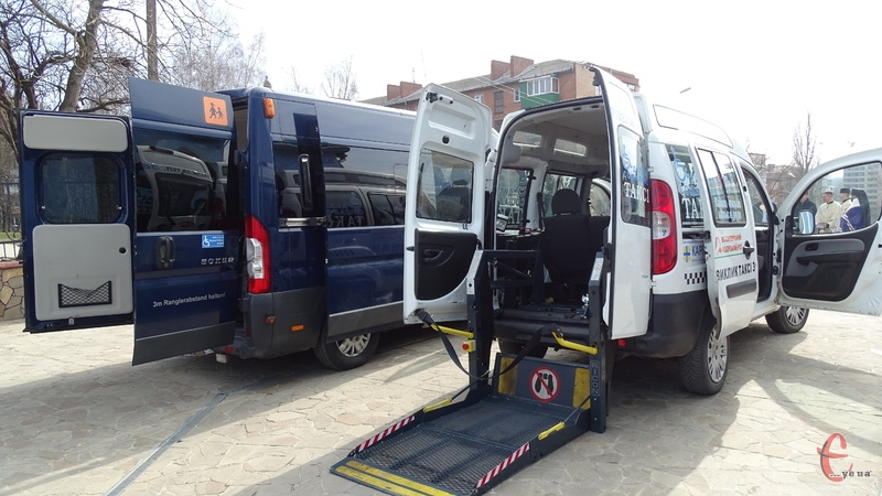 Кожен автомобіль облаштований спеціальними підйомниками, щоб люди на візках могли без перешкод потрапити в салон