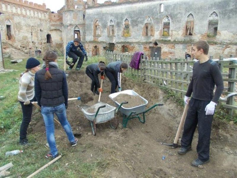Студенти-волонтери на роботах у Меджибізькій фортеці