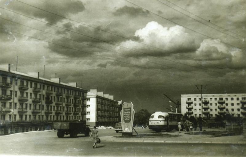 Перші п'ятиповерхівки на Кам'янецькій (тоді – Фрунзе) в районі теперішнього пам'ятника-танка. Фото 1960-х рр.