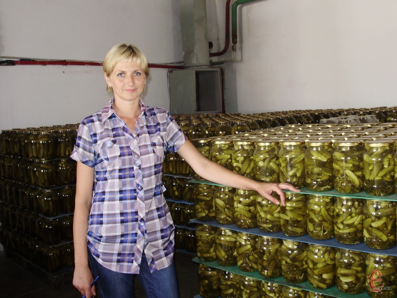 Секрети магазинної консервації розкриває керівник із якості одного з подільських плодо-консервних заводів Ірина Суконік
