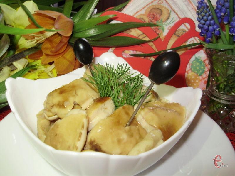 Мариновані в ароматному розсолі, білі грибочки стають взимку ідеальною закускою.