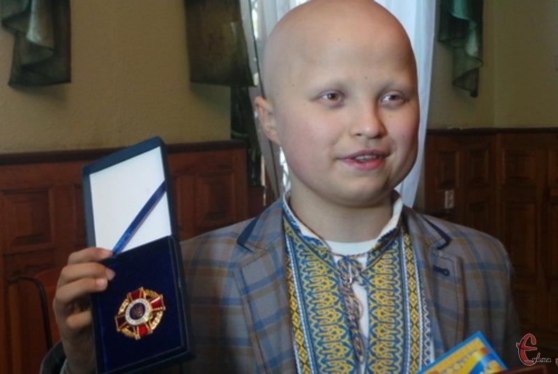 Артем Харченко попри свою важку хворобу продовжує займатися волонтерством і в грудні 2016-го йому вручили нагрудний знак За вільну Україну. АТО.