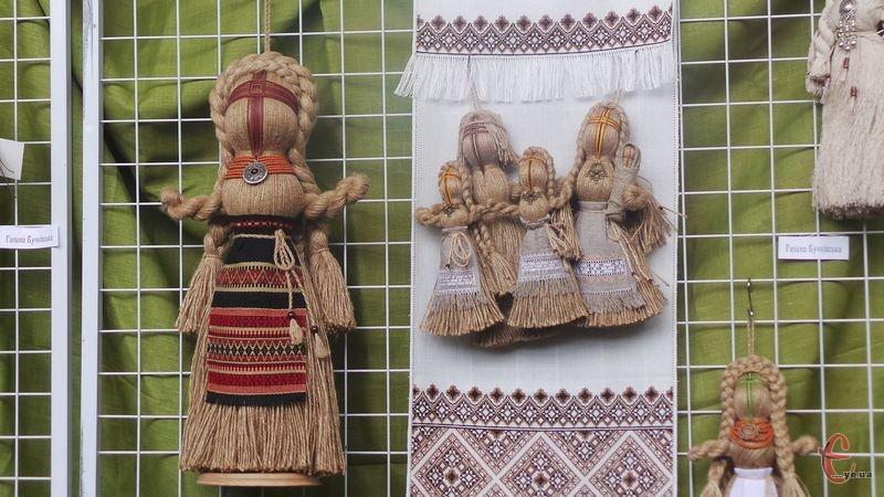 Ляльки із ниток прикрашені вишивкою та мереживом
