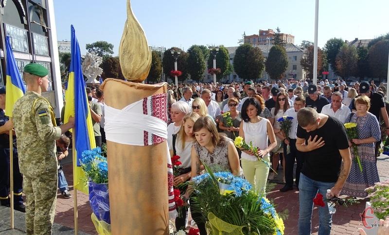 Містяни поклали квіти до меморіальної стели пам'яті Героїв Небесної Сотні та учасників АТО