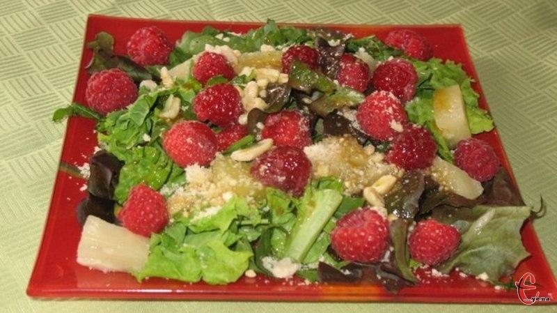 Це порційний, дуже смачний і ошатний салат, який можна готувати із будь-якими горіхами.