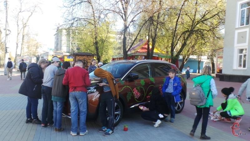 На автівках малювали українські орнаменти