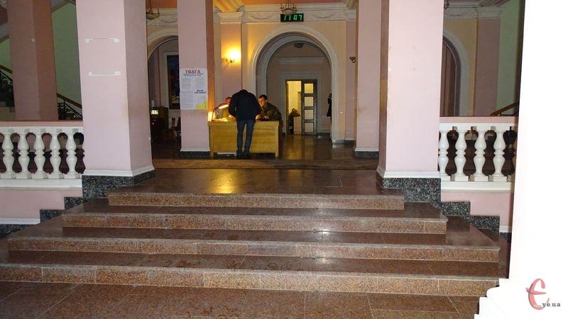 Відтер у Будинку рад, що в Хмельницькому, немає контрольно-пропсукного пункту в вигляді будки