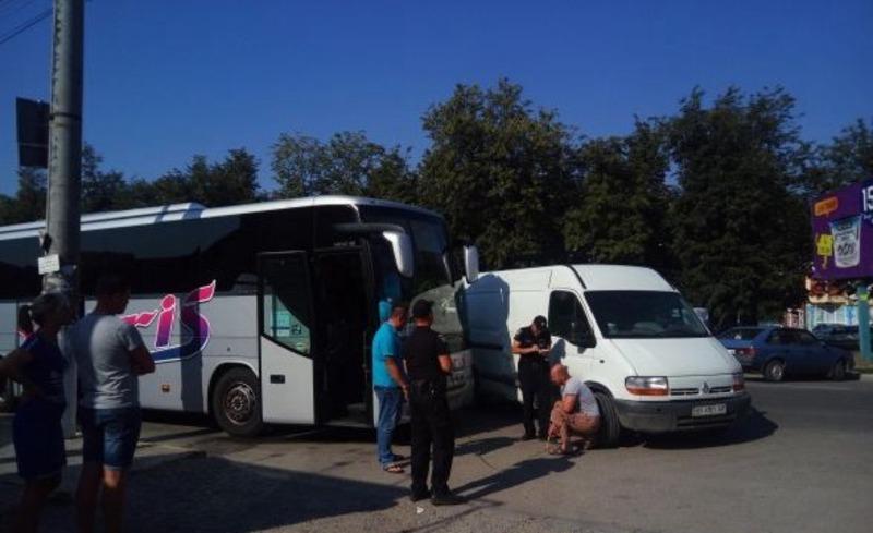 Не розминулися «Renault» та автобус із відпочивальниками