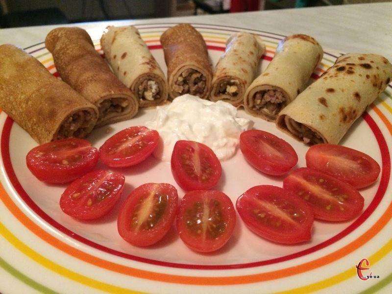 Такі млинчики можна готувати не лише на Масляну, доречними вони будуть і на будь-якому святковому столі.