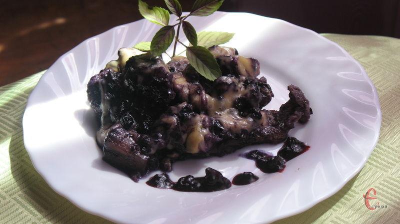 Запікається м'ясо під соусом із чорниці. Можна використовувати як свіжу, так і заморожену ягоду. Поєднання дивовижне.