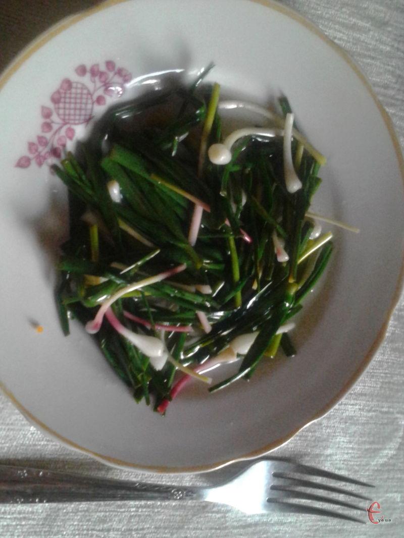 Салат із зеленого часнику хоч і простий, але дуже смачний!