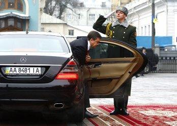 Перші підсумки владарювання Віктора Януковича в Україні   зустріли по-холуйськи на ура.