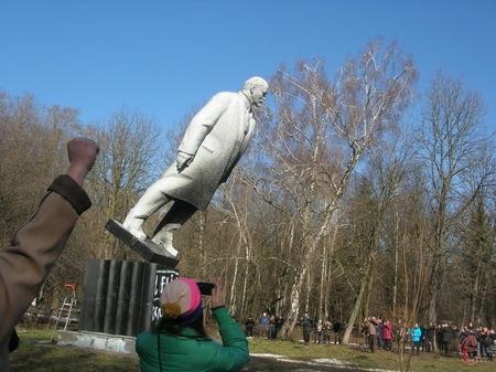 У парку ім. Чекмана пам'ятник повалили вручну, спершу відрізали болгаркою кріплення до посаменту, а потім закинули мотузки і тягнули