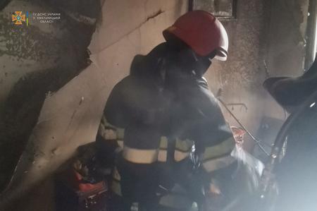 Через сильне задимлення вогнеборцям довелося вдягнути апарати захисту органів дихання та зору