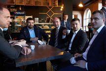 Під час прогулянки Проскурівською Володимир Зеленський завітав в одну з кав'ярень