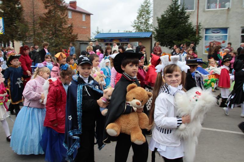 Різнобарв'я повітряних кульок, костюмів та щирих посмішок  у святковій ході надихали на позитивний настрій.