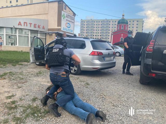 Затримання відбулося на території Хмельницької обласної лікарні. Фото: ДБР