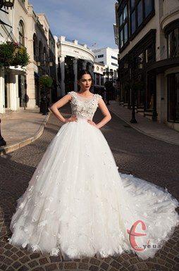 ... провідних світових дизайнерів таких як Pronovias fashion group dfe57ea4dbc38