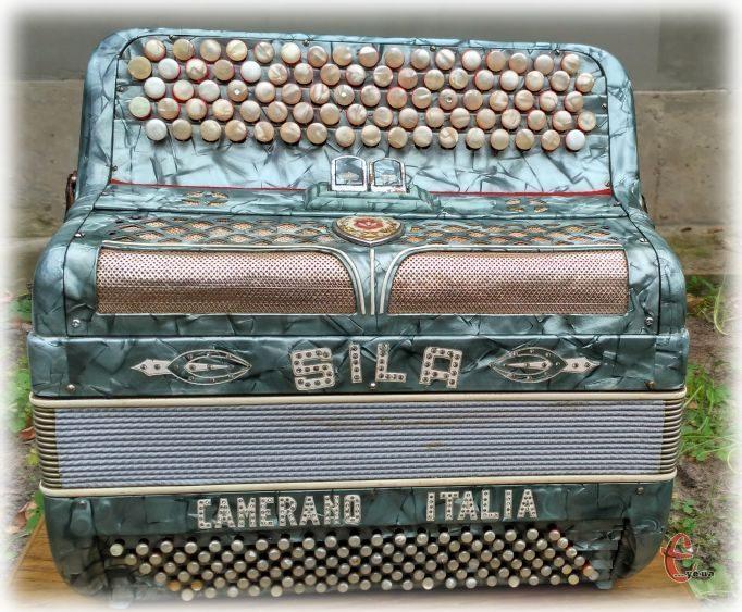 Маленький,пятирядный двухголосый, двухрегистровый, баян Sila Camerano.
