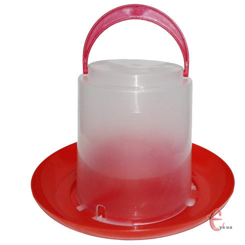 Вакуумная пластиковая поилка для домашней птицы.