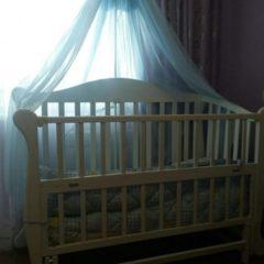 Дитяче ліжечко білого кольору маятник з матрацом та балдахіном
