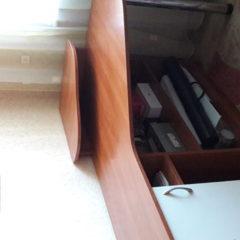 2 компьютерних столи з етажерками для одягу і речей