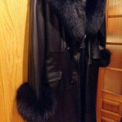 Шкіряне пальто з чорнобуркою